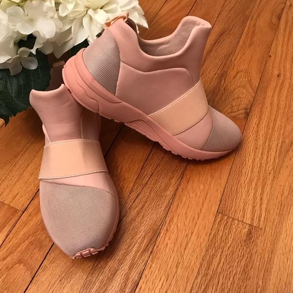 3ab0576eb79 >>Steve MADDEN<< Pink Hueber Sneakers - Size 6.5